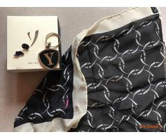 Portachiavi + foulard + spilla