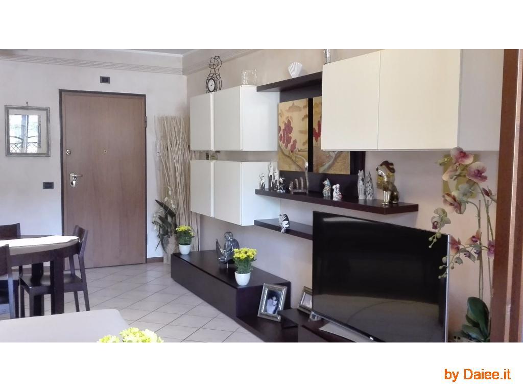Vendesi ampio luminoso appartamento + garage
